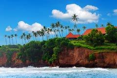Тропический остров, скала дома среди пальм Тропическая жизнь Ландшафт Шри-Ланки стоковая фотография