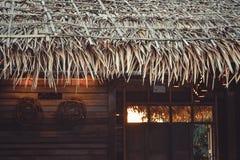 Тропический павильон с стульями на изумительном пляже с пальмой внутри Стоковая Фотография RF