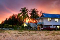 Тропический пейзаж малого тайского села на заходе солнца Стоковая Фотография RF