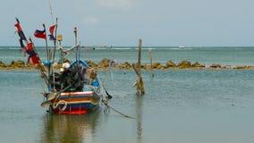 Тропический пляж океана, причаленная деревянная традиционная красочная рыбацкая лодка Seascape около азиатской плохой мусульманск сток-видео