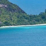 Тропический пляж острова в Сейшельских островах с шлюпками стоковые фото