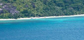 Тропический пляж острова в Сейшельских островах с шлюпками стоковая фотография