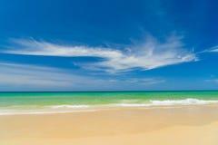 Тропический пляж, солнечный день Стоковое Фото