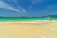 Тропический пляж, солнечный день Стоковые Изображения