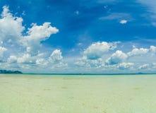 Тропический пляж, солнечный день Стоковые Фотографии RF