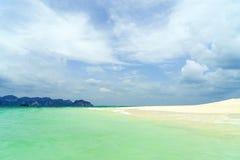 Тропический пляж, солнечный день Стоковая Фотография RF