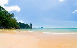 Тропический пляж, солнечный день Стоковое Изображение