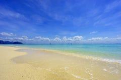 Тропический пляж, солнечный день Стоковые Фото