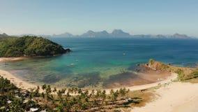Тропический пляж с белым песком, взглядом сверху сток-видео