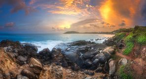 Тропический пляж с утесами на побережье песка океана Стоковые Изображения