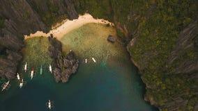 Тропический пляж с шлюпками, вид с воздуха остров тропический акции видеоматериалы