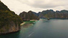 Тропический пляж с шлюпками, вид с воздуха остров тропический сток-видео