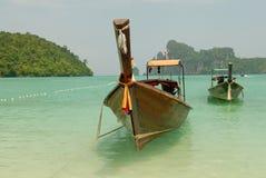 Тропический пляж, традиционные шлюпки длиннего кабеля, море Andaman, Таиланд Стоковые Изображения
