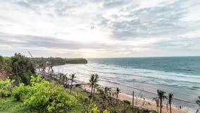 Тропический промежуток времени на пляже Balangan, остров захода солнца сцены Бали, Индонезия Взгляд от скалы r акции видеоматериалы