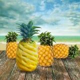 Тропический плодоовощ на деревянной палубе на пляже Стоковые Фотографии RF