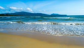 Тропический пляж и голубое небо Стоковая Фотография