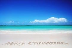 Тропический пляж и с Рождеством Христовым текст Стоковое Фото