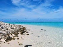Тропический пляж острова с ясным открытым морем Стоковая Фотография RF