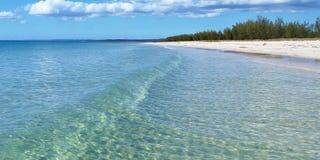 Тропический пляж с Кристл - чистыми водами Стоковое Изображение RF