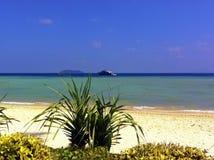 Тропический пляж с морем и шлюпка на предпосылке неба Стоковая Фотография