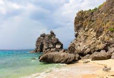 Тропический пляж с песком и утесами Белое открытое море пляжа и бирюзы Стоковое Изображение RF