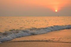 Тропический пляж с предпосылкой солнца на сумраке Стоковая Фотография RF