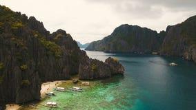 Тропический пляж с шлюпками, вид с воздуха остров тропический видеоматериал