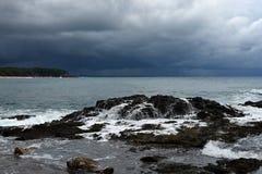 Тропический шторм над пляжем с прибоем стоковое изображение