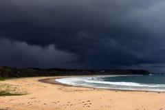 Тропический шторм над пляжем стоковые изображения