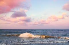 Тропический seascape с красивым twilight небом Стоковые Фото