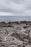 Тропический seascape чистой воды бирюзы и сапфира в береговых породах карибского Средиземного моря стоковое фото