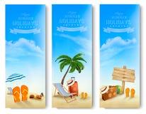 Тропическое взморье с ладонями, шезлонгом и чемоданом Стоковое Изображение