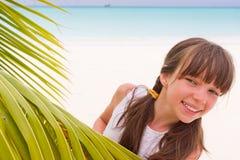 тропическое девушки пляжа счастливое Стоковое фото RF