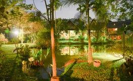 Тропическое жилое свойство на ноче с загораться светов стоковые фото