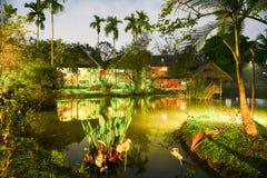Тропическое жилое свойство на ноче с загораться светов стоковые изображения