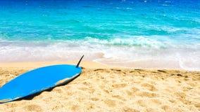 Тропическое знамя праздника - предпосылка пляжа, моря и прибоя песочно Стоковая Фотография