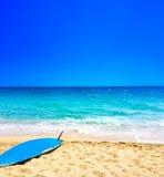 Тропическое знамя праздника - предпосылка пляжа, моря и прибоя песочно Стоковое Фото
