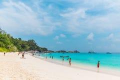Тропическое небо и летний день песка моря пляжа стоковые фотографии rf