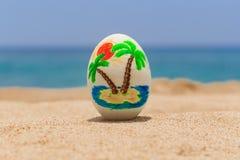 Тропическое покрашенное пасхальное яйцо Стоковые Изображения