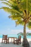 Тропическое пятно обеда с таблицей и стулья на пляже Стоковое Изображение RF