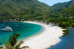 тропическое спрятанное пляжем Стоковые Изображения