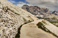Тропка горы в Tre Cime di Lavaredo, Италии. Стоковая Фотография