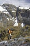 Тропка Hiker взбираясь в крутых горах стоковые изображения