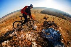 тропка 2 riding людей природы гор здорового уклада жизни велосипедиста bike угла живущая осматривает широко Стоковая Фотография