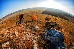 тропка 2 riding людей природы гор здорового уклада жизни велосипедиста bike угла живущая осматривает широко Стоковое Фото