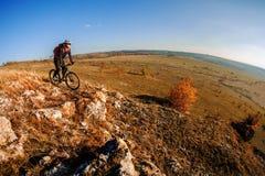 тропка 2 riding людей природы гор здорового уклада жизни велосипедиста bike угла живущая осматривает широко Стоковая Фотография RF