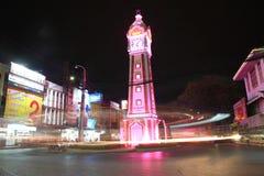 Тропки света вокруг башни часов на ноче Стоковые Фотографии RF
