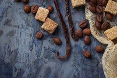 Тростниковый сахар Брайна, кофейные зерна и ванильные стручки Стоковые Изображения RF