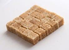 Тростниковый сахар Брауна, кубы уточненного сахара стоковое изображение rf