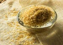 Тростниковый сахар в стеклянном блюде Стоковые Фото